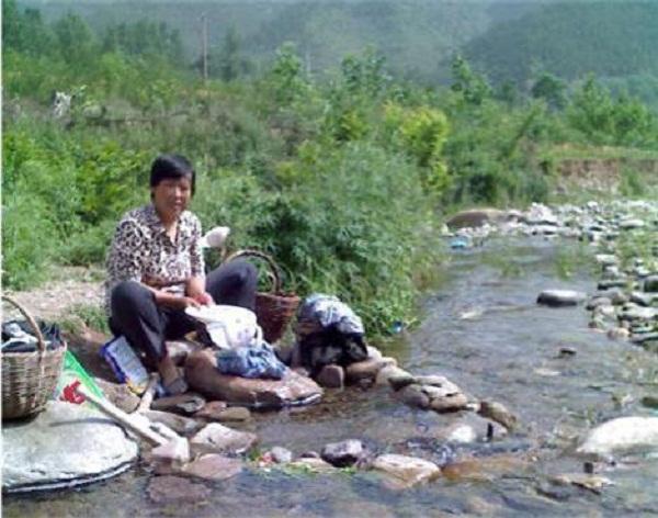 Người dân vùng nông thôn thường hay ra sông để giặt đồ. Ảnh minh họa
