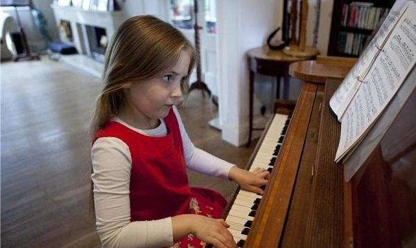 Cô bé bắt đầu chơi piano từ khi lên 2 tuổi.