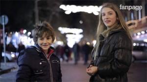 Các cậu bé rất vui khi gặp được một bạn gái dễ thương.
