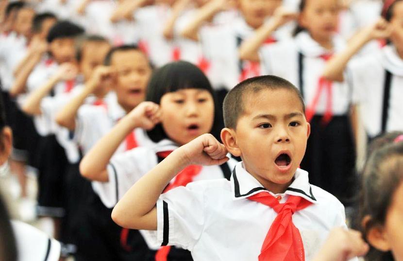 Trẻ em luôn là đối tượng bị chính quyền kiểm soát và tẩy não mạnh mẽ nhất. (Ảnh: Foreignpolicyblogs)