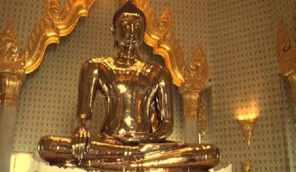 Pho tượng Phật bằng vàng từng ẩn dưới lớp vỏ thạch cao suốt hàng trăm năm. (Ảnh: YouTube)