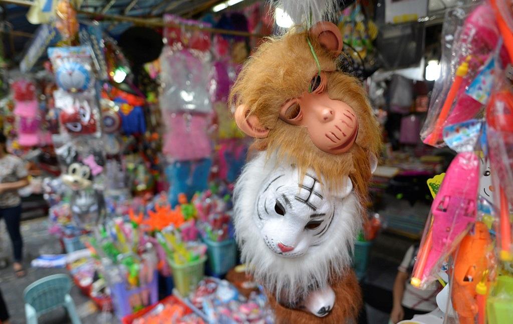 Còn hơn 2 tuần nữa đến Tết Trung thu (rằm tháng 8), nhưng thời điểm này tại chợ Hàng Mã (Hà Nội), nhiều đồ chơi bạo lực như súng, kiếm nhựa, mặt nạ quái dị đã tràn ngập.(Ảnh: Internet)