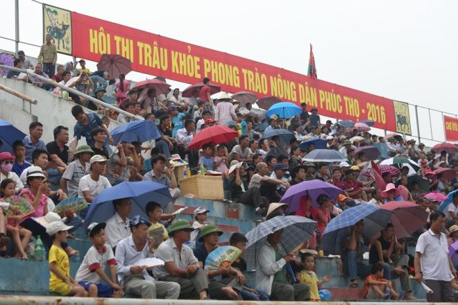 Hàng trăm người dân địa phương đã đến cổ vũ hội thi.
