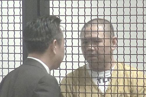 Diễn viên Minh Béo (phải) xuống tóc khi xuất hiện lần thứ hai ở tòa trong phiên điều đình vào sáng 13/5 (giờ California, Mỹ).