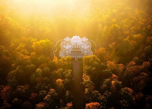 Cung điện Hermitage Pavilion tráng lệ trong một buổi sớm tinh sương. Công trình được đánh giá mang vẻ đẹp hoàn hảo nhất thế giới, là niềm tự hào của nước Nga nói riêng và châu Âu nói chung. Đây là hình ảnh hiếm hoi của cung điện được chụp từ trên cao.