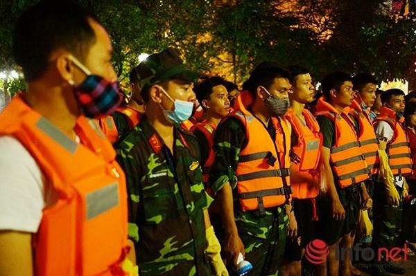 Sau sự cố cá chết hàng loạt ở Hồ Tây (Hà Nội), UBND Thành phố Hà Nội đã lập tức huy động nhiều người làm việc thâu đêm suốt sáng để khắc phục sự cố.
