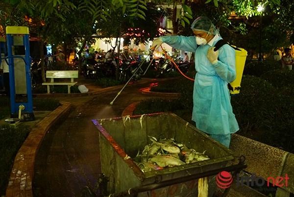 Tất cả số cá vớt lên đều được khử trùng tại chỗ trước khi mang đi xử lý.