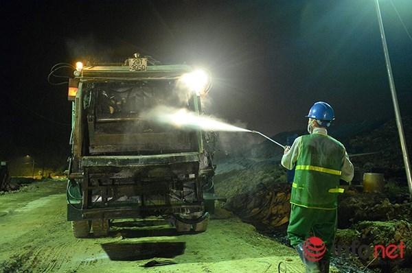 Sau khi xử lý xong cá, mỗi xe chở cá lại được vệ sinh, khử trùng để tránh dịch bệnh lây lan trong quá trình di chuyển.
