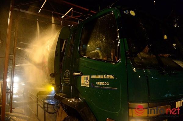 Các phương tiện vận chuyển sau khi vệ sinh phần thùng và bên ngoài để khử mùi còn phải trải qua khâu vệ sinh bằng Cloramin B để đảm bảo vệ sinh và phòng dịch bệnh.
