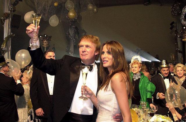 Trump và bạn gái Melania Knauss trong tiệc năm mới của Trump. Trump gặp Knauss năm 1998 và cưới cô năm 2005. Họ có với nhau một người con trai - Barron. (Ảnh: Scott Fisher/Associated Press)