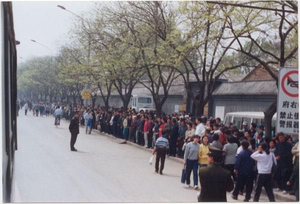 Hình ảnh về cuộc thỉnh nguyện ngày 25/4 tại Trung Quốc. (Ảnh: Minh Huệ)