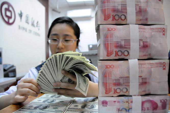 """Thống đốc Ngân hàng Trung Quốc cảnh báo nền kinh tế đang """"quay cuồng"""" trong nợ.1"""