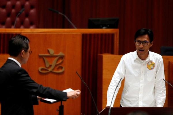 """Tân nghị sĩ Eddie Chu, người hô to """"Dân chủ và tự quyết. Chế độ chuyên chế rồi sẽ chết thôi!"""" trong phần tuyên thệ của mình - Ảnh: Reuters"""