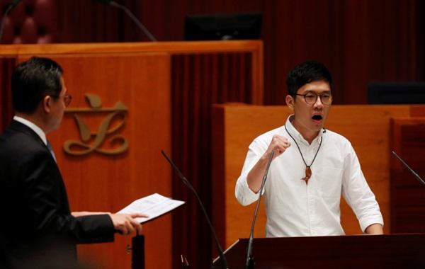 Tân nghị sĩ Nathan Law tại buổi tuyên thệ - Ảnh: Reuters