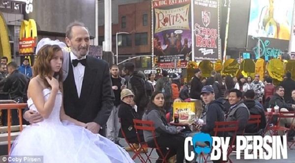 Một người đàn ông 65 tuổi và một bé gái 12 tuổi chụp ảnh cưới tại Quảng trường Thời đại. (Ảnh: Daily Mail)