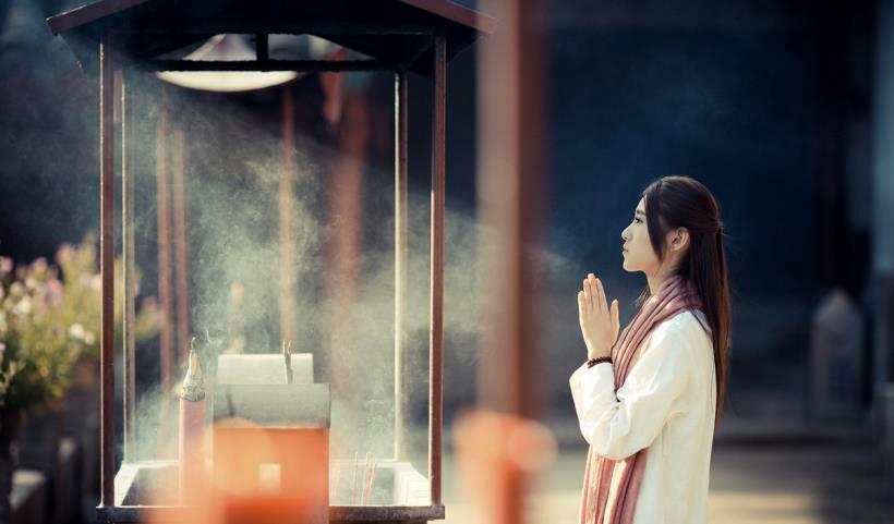 Bái Phật cầu tiền, liệu Đức Phật có mang đến tiền tài đến cho bạn? (Ảnh minh họa từ internet)