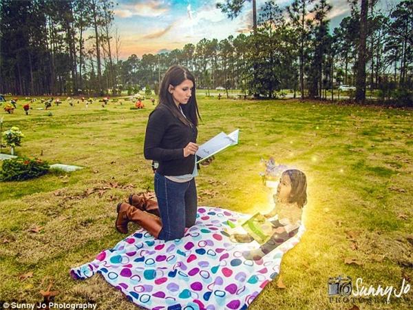 Ditty đọc cho Macy Grace nghe cuốn sách cô bé yêu thích nhất.