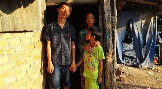 """Căn chòi nhỏ trong nghĩa trang Bình Hưng Hòa đang """"cưu mang"""" bốn mẹ con chị Liên."""
