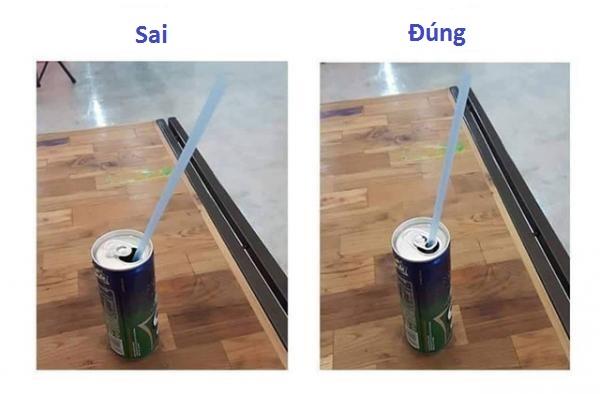 Nhiều lon nước có thành khá cao nên ống hút dễ bị nổi lên, vì lẽ đó mà người ta đã thiết kế phần nắp bật có lỗ để bạn dễ dàng cố định được nó.