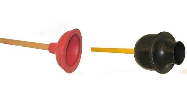 Nhiều người trong số chúng ta thường lầm tưởng về hình dạng của cây hút bồn cầu, thật ra thì vật bên trái là chiếc hút rãnh nước, còn chiếc hút màu đen mới đúng là ống thông bể phốt.