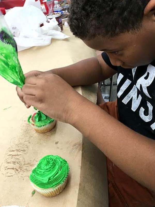 Cứ tan học là cậu bé lại đeo tạp dề, lúi húi làm bánh thay vì ra sân chơi như những bạn cùng tuổi.