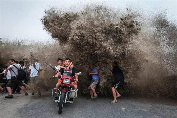 """Thị trấn Nam Dương trên vịnh Hàng Châu cũng là nơi thu hút đông đảo dân Trung Quốc và khách du lịch đến xem các con sóng """"quái thú"""" mạnh nhất mỗi dịp Trung thu."""
