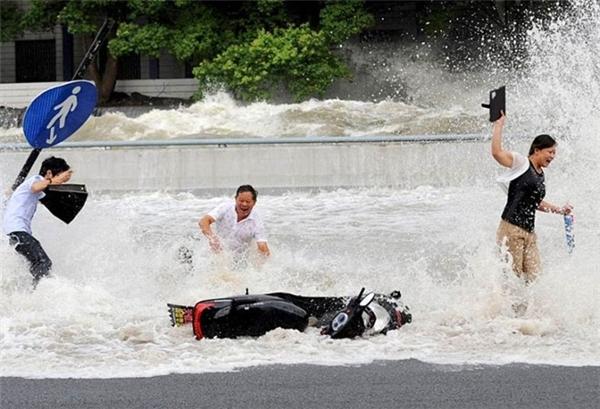 Các phương tiện giao thông trên đường cũng bị con sóng đánh trôi