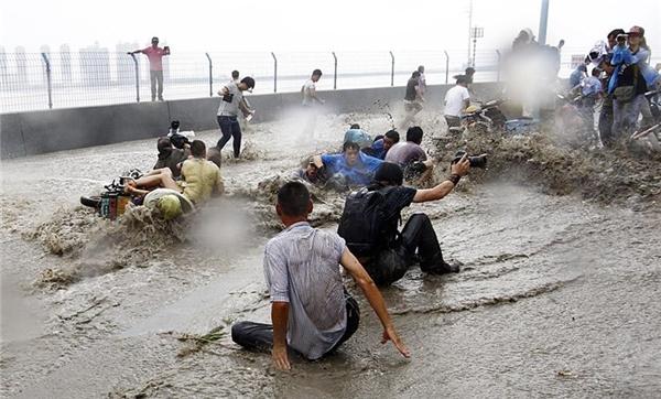 Mọi người đều bị quật ngã nếu không nhanh chân chạy trước khi con sóng ập vào.