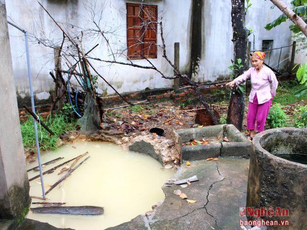 au một đêm, bà Tô Thị Tâm bàng hoàng khi giếng xây nhà mình chỉ còn 1 vũng nước.