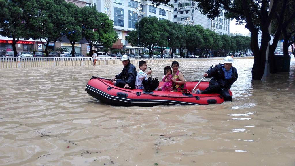 Tại Trung Quốc, bão Megi làm 1 người chết. Trường học phải đóng cửa trong khi hàng chục chuyến bay bị hủy. Mưa lớn gây ngập lụt nhiều khu vực, có nơi, lực lượng cứu hộ phải đưa người dân di chuyển giữa phố bằng xuồng hơi. (Ảnh: Reuters)