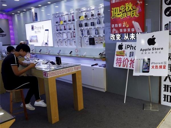 Trên các kệ trung bày có đầy đủ các mặt hàng nhái các siêu phẩm mới nhất. (Ảnh: Weibo)