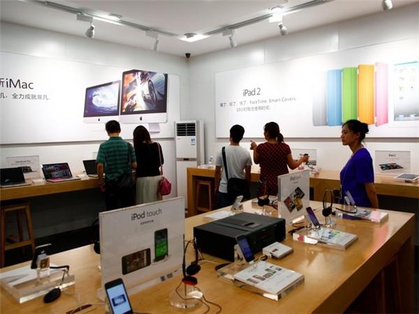 Trong một cuộc điều tra, chính quyền đã phát hiện có hơn 20 cửa hàng Apple Store nhái trong cùng một thành phố. Mặc dù, Apple đã yêu cầu chính quyền bảo hộ thương hiệu, song điều đó có vẻ nan giải tại Trung Quốc. (Ảnh: Weibo)