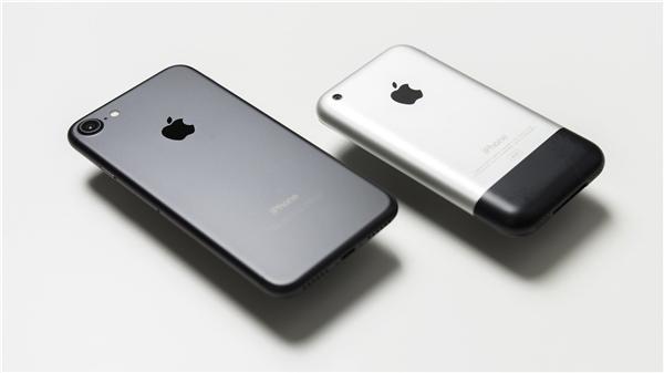 iPhone 2G đang có giá gấp 34 lần giá bán của iPhone 7. (Ảnh: Internet)