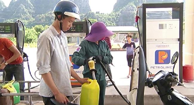 Mang can lớn đi mua xăng tích trữ để dùng dần.