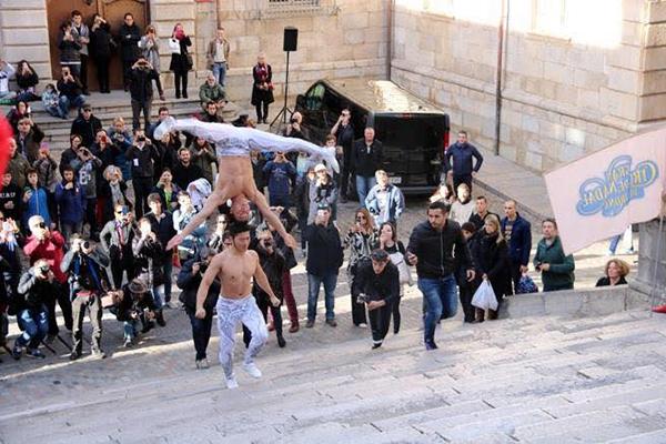 Hiện tại, các báo nước ngoài đều cẩn thận đề cập rằng hai anh em Quốc Cơ – Quốc Nghiệp đã nỗ lực phá vỡ kỷ lục Guinness thế giới.