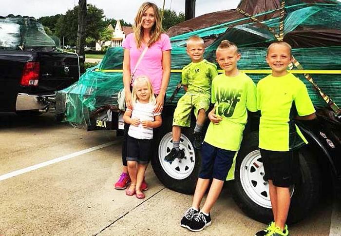 Jodie và 4 con, hai bé lớn nhất đã thoát vụ bắt cóc đứng ngoài bên phải (Ảnh: DailyMail)