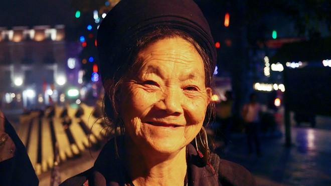 Bà Sua nhiệt tình chia sẻ về cuộc sống của bà và ông Páo. (Ảnh: Hoàng Như)