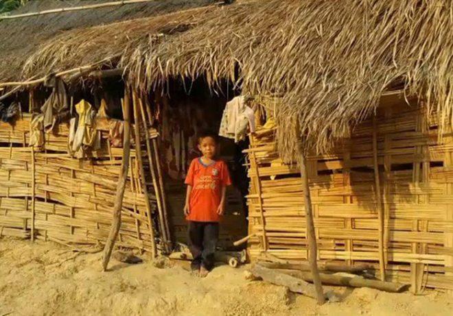 Cậu bé mồ côi sống trong túp lều rách. (Ảnh cắt từ clip)