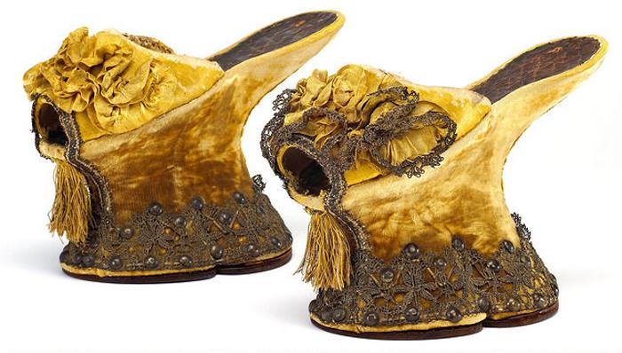 Đôi giày chopines tại Venice được trang trí rất đặc sắc. (Ảnh: Harper's Bazaar)