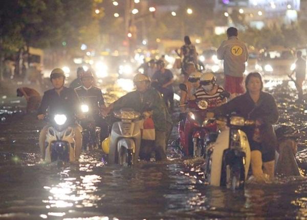 Hàng trăm xe máy bị chết máy trên đường. Bên cạnh đó, những chiếc ô tô cố lái qua dòng nước tạo sóng đánh dạt khiến không ít người đi xe máy bị té ngã.