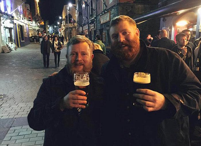 Hai người bạn cùng nhau uống bia tại một quán bar