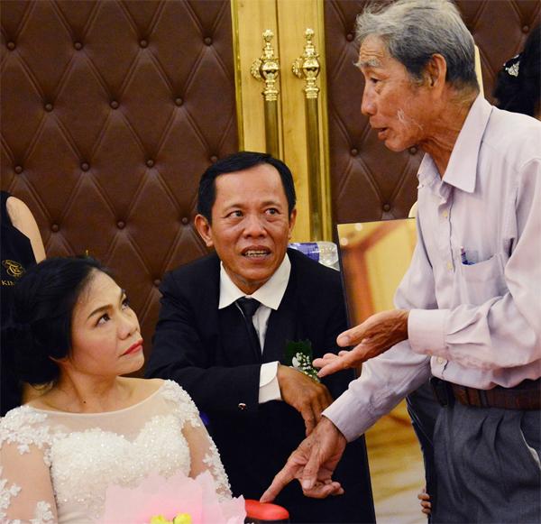 Hai vợ chồng ông Minh, bà Hạnh được nhiều người đến chúc phúc nhân ngày trọng đại. Hiện tại cặp đôi tuổi gần 60 này đã có ba người con lớn.