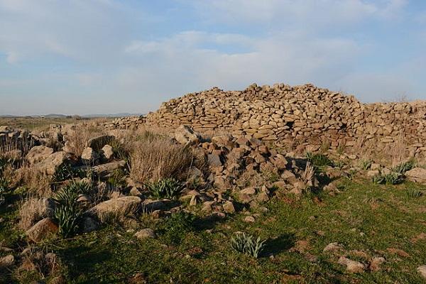 Công trình được tạo thành từ 40.000 tấn đá bazan màu đen.
