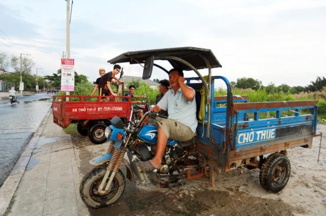 Đường Sài Gòn ngập: Xe ba gác bỗng dưng đắt khách -H2