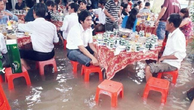 Đám cưới chạy lũ ở Khánh Hòa: Nước ngập nào ngăn hạnh phúc lứa đôi.2