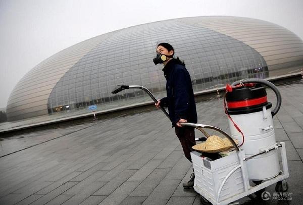Nut Brother dùng máy hút bụi cỡ lớn để hút khói bụi ngoài trời Bắc Kinh.
