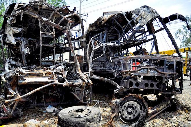 Xe khách bị cháy trơ khung sau vụ tai nạn thảm khốc ở Bình Thuận.