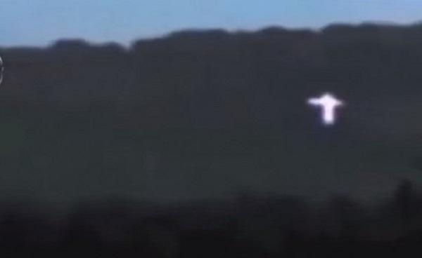 UFO hình chữ thập trôi nổi gần mặt đất