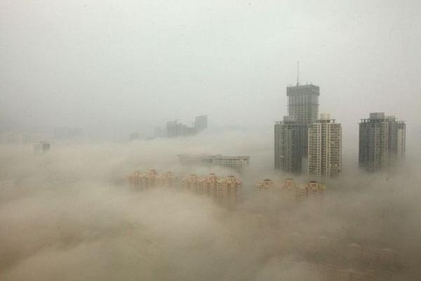 Các tòa nhà lớn ở thủ đô Bắc Kinh chìm trong sương mù, khói bụi dày đặc.