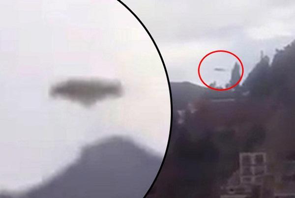 Cận cảnh UFO hình đĩa trên bầu trời.